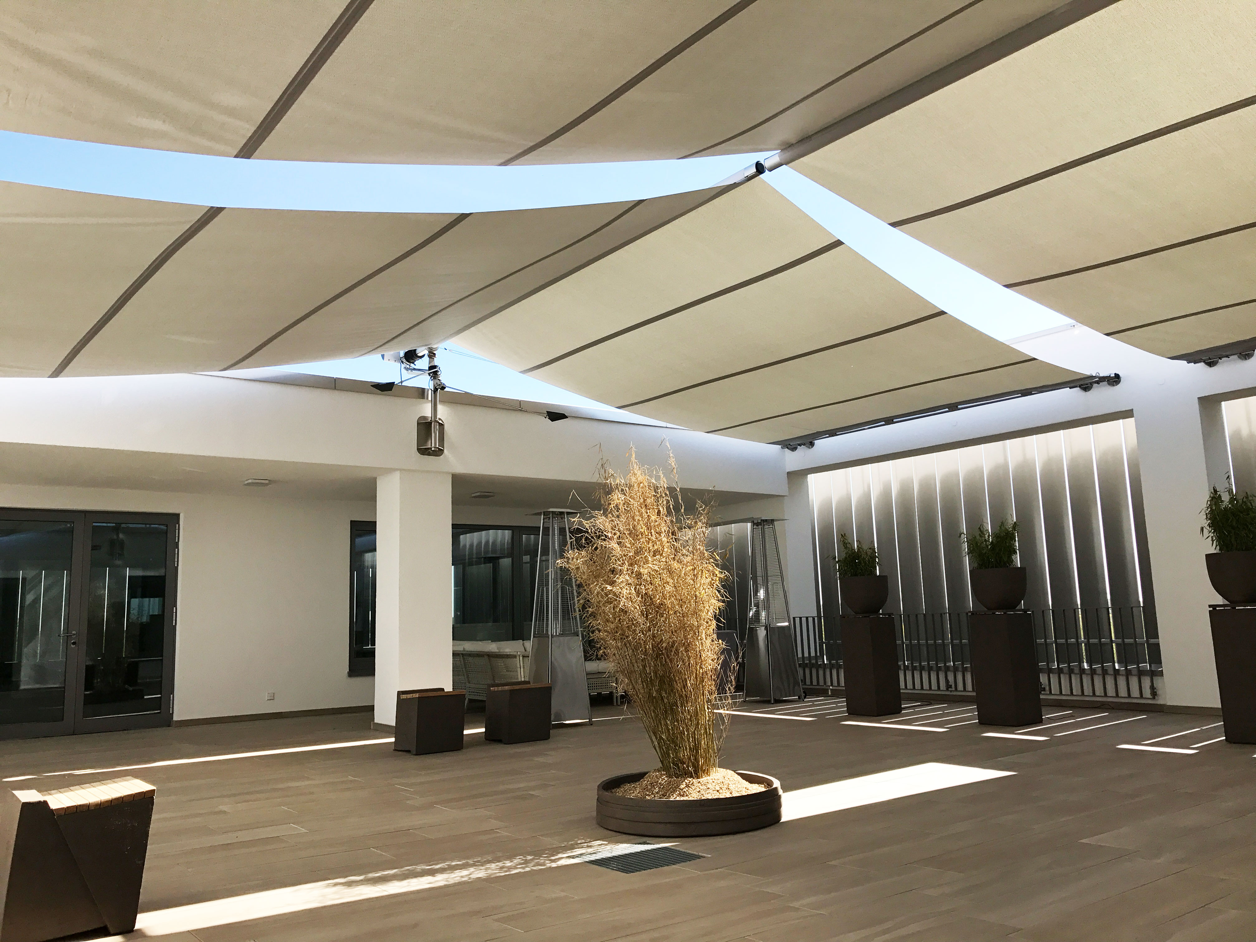 Sunsquare: vollautomatische, rechteckige Sonnensegelanlagen individuell geplant.