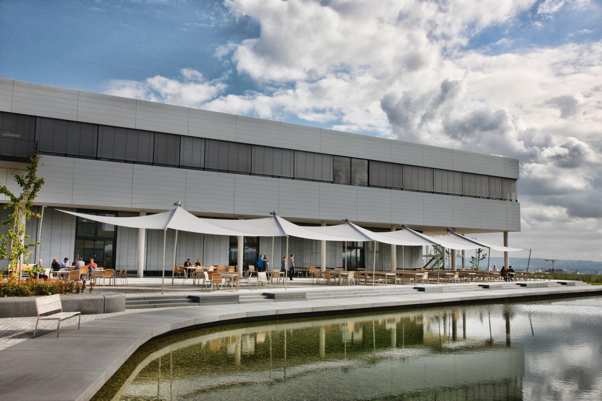 SunSquare mehrfach Dreiecksegel-Anlage für Firma BOSCH in Deutschland.