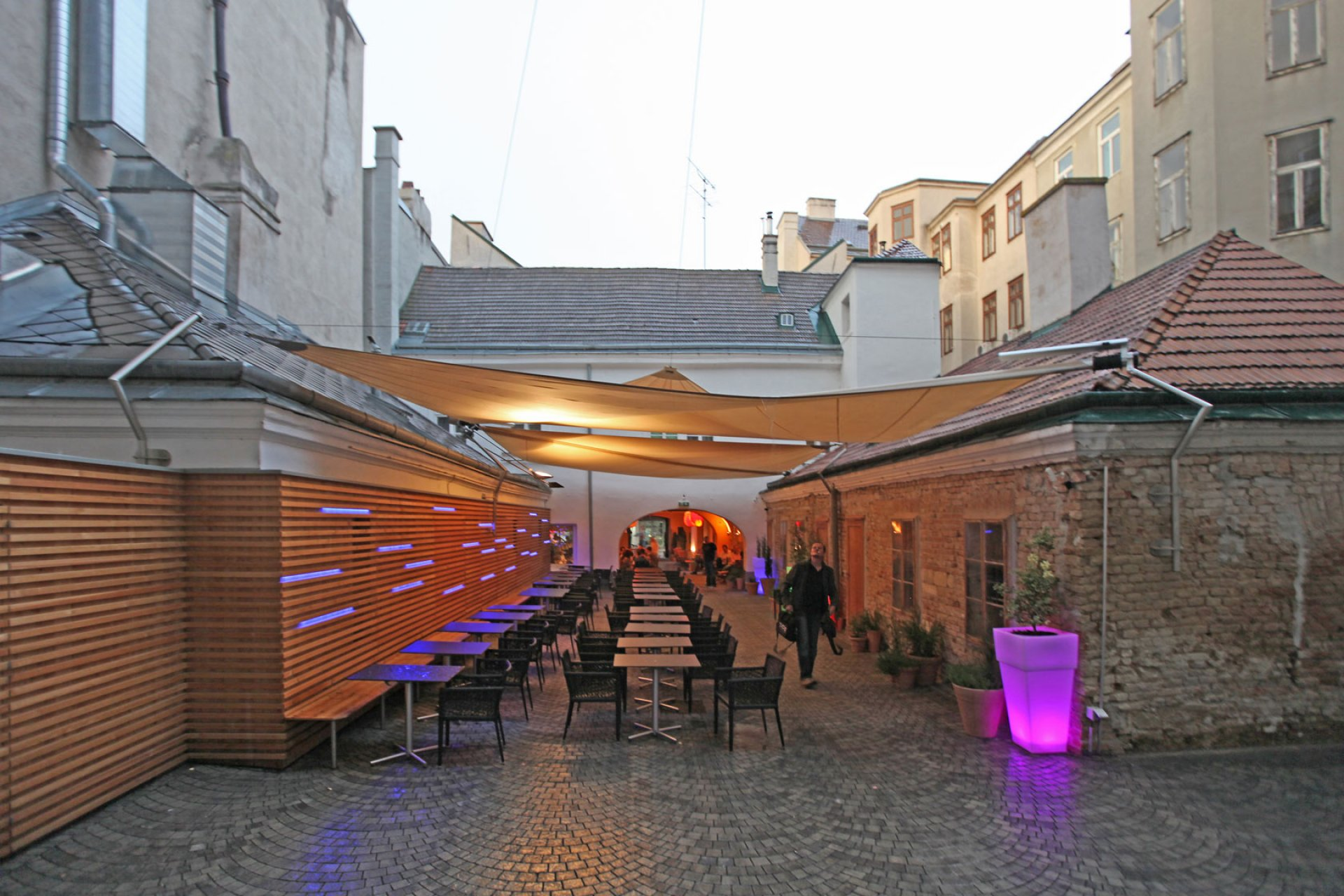 SunSquare mehrfach Dreiecksegel-Anlage für Caffè Latte in Wien.