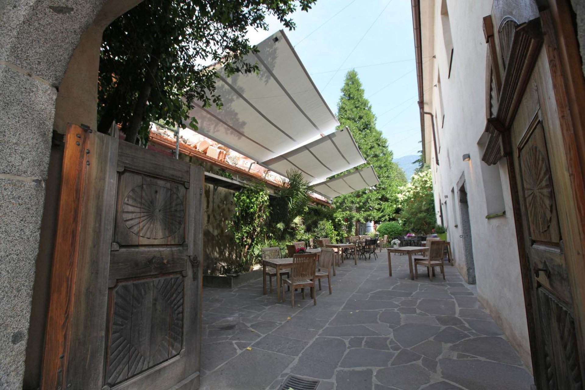 Castel Kallmünz in Meran with rectangular SunSquare sunsails.