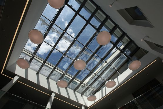 Raiffeisen - SunSquare Beschattung von horizontaler und vertikaler Verglasung